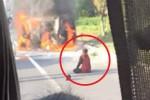 불타는 차에서 죽어가는 남편 보며 오열하는 아내