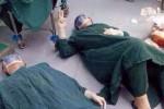 '32시간' 수술 마친 의사들은 수술실 '바닥'에 쓰러졌다 (사진)