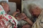 77년을 함께 산 노부부는 '마지막 순간'까지 손을 놓지 않았다