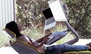 누워서 컴퓨터 할 수 있는 신개념 '책상' (영상)