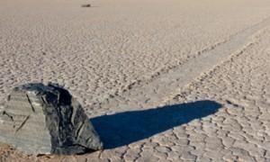 사막서 스스로 움직이는 돌의 '비밀'이 풀렸다