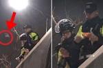 쓰러진 시민에게 차벽 위 경찰은 '핫팩'을 건넸다