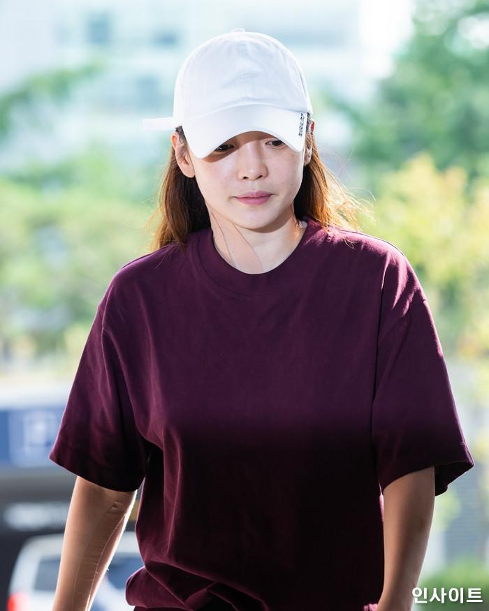카라 출신 구하라가 헤어디자이너 남자친구 A씨와의 폭행사건으로 경찰 조사를 받기 위해 18일 오후 서울 강남경찰서에 출두 하고 있다. / 사진=고대현 기자 daehyun@