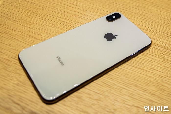 아이폰 XS의 뒷모습 / 사진=박찬하 기자 chanha@
