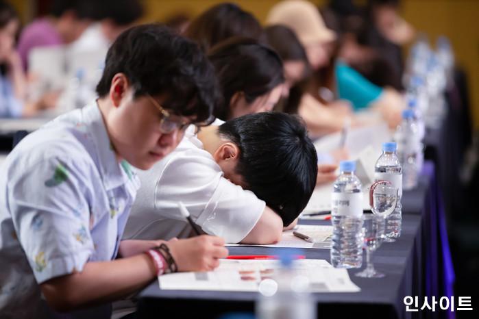 22일 오후 서울 잠실 롯데호텔서 '제2회 배민 치믈리에 자격시험'이 열린 가운데, 참석자들이 실기 맛 감별을 하고 있다. / 사진=고대현 기자 daehyun@