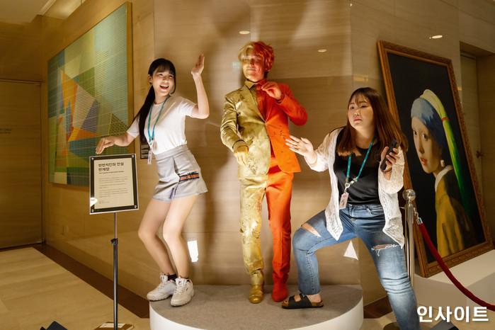 22일 오후 서울 잠실 롯데호텔서 '제2회 배민 치믈리에 자격시험'이 열린 가운데, 한 부스에서 참석자들이 즐겁게 춤을 추고 있다. / 사진=고대현 기자 daehyun@