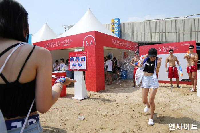 20일 오후 서울 잠실 종합운동장 특설 무대에서 뮤직 페스티벌 '2018 워터밤(WATER BOMB 2018)'이 열린 가운데, 참석자가 게임을 즐기고 있다. / 사진=고대현 기자 daehyun@
