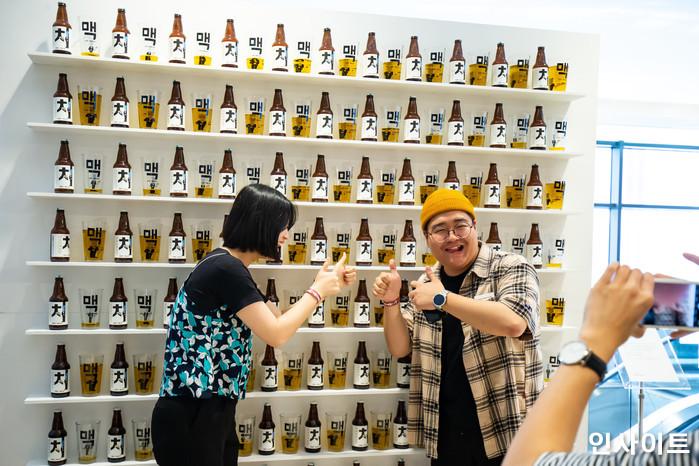 22일 오후 서울 잠실 롯데호텔서 '제2회 배민 치믈리에 자격시험'이 열린 가운데, 한 부스에서 참석자들이 기념촬영을 하고 있다. / 사진=고대현 기자 daehyun@
