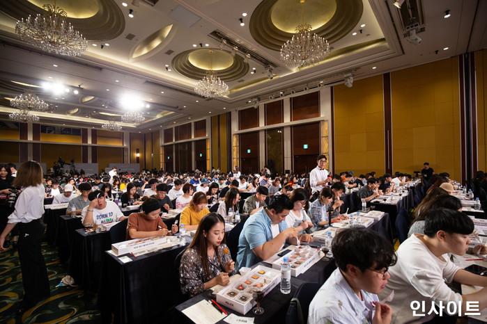 22일 오후 서울 잠실 롯데호텔서 '제2회 배민 치믈리에 자격시험'이 열린 가운데, 참석자들이 실기 맛평가를 하고 있다. / 사진=고대현 기자 daehyun@