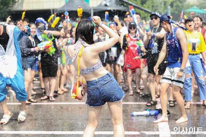 20일 오후 서울 잠실 종합운동장 특설 무대에서 뮤직 페스티벌 '2018 워터밤(WATER BOMB 2018)'이 열린 가운데, 참석자가 춤을 추고 있다. / 사진=고대현 기자 daehyun@
