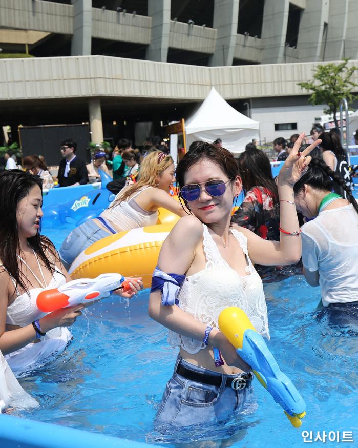 20일 오후 서울 잠실 종합운동장 특설 무대에서 뮤직 페스티벌 '2018 워터밤(WATER BOMB 2018)'이 열린 가운데, 참석자가 포즈를 취하고 있다. / 사진=고대현 기자 daehyun@