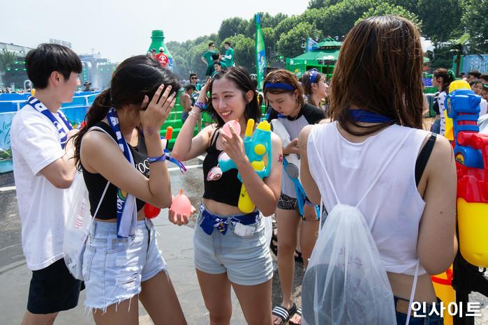 20일 오후 서울 잠실 종합운동장 특설 무대에서 뮤직 페스티벌 '2018 워터밤(WATER BOMB 2018)'이 열린 가운데, 참석자들이 포즈를 취하고 있다. / 사진=고대현 기자 daehyun@