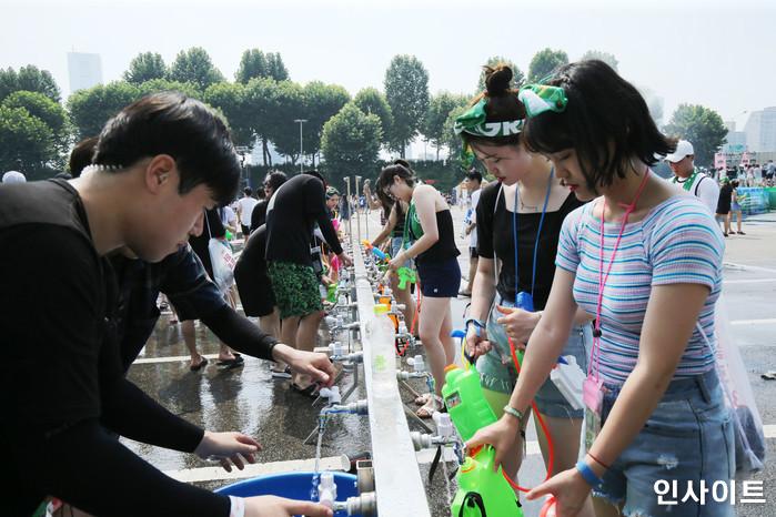 20일 오후 서울 잠실 종합운동장 특설 무대에서 뮤직 페스티벌 '2018 워터밤(WATER BOMB 2018)'이 열린 가운데, 참가자들이 물총에 물을 넣고 있다. / 사진=고대현 기자 daehyun@