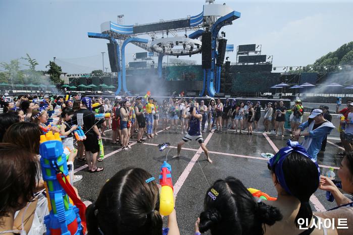 20일 오후 서울 잠실 종합운동장 특설 무대에서 뮤직 페스티벌 '2018 워터밤(WATER BOMB 2018)'이 열린 가운데, 한 남성 참가자가 시선을 한몸에 받고 있다. / 사진=고대현 기자 daehyun@