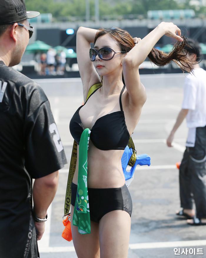 뮤직페스티벌 '2018 워터밤(WATERBOMB 2018)'이 20일 오후 서울 잠실 종합운동장 특설 무대에서 열린 가운데, 참석자가 포즈를 취하고 있다. / 사진=고대현 기자 daehyun@