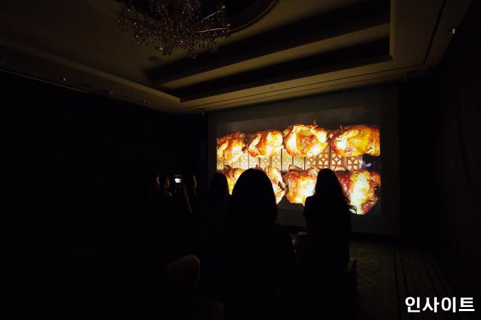 22일 오후 서울 잠실 롯데호텔서 '제2회 배민 치믈리에 자격시험'이 열린 가운데, 한 부스에서 치킨 냄새와 익는 소리를 들을 수 있는 전시가 펼쳐져 있다. / 사진=고대현 기자 daehyun@