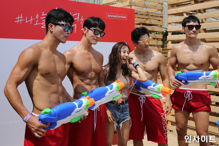 20일 오후 서울 잠실 종합운동장 특설 무대에서 뮤직 페스티벌 '2018 워터밤(WATER BOMB 2018)'이 열린 가운데, 참석자가 남자모델들 사이서 포즈를 취하고 있다. / 사진=고대현 기자 daehyun@