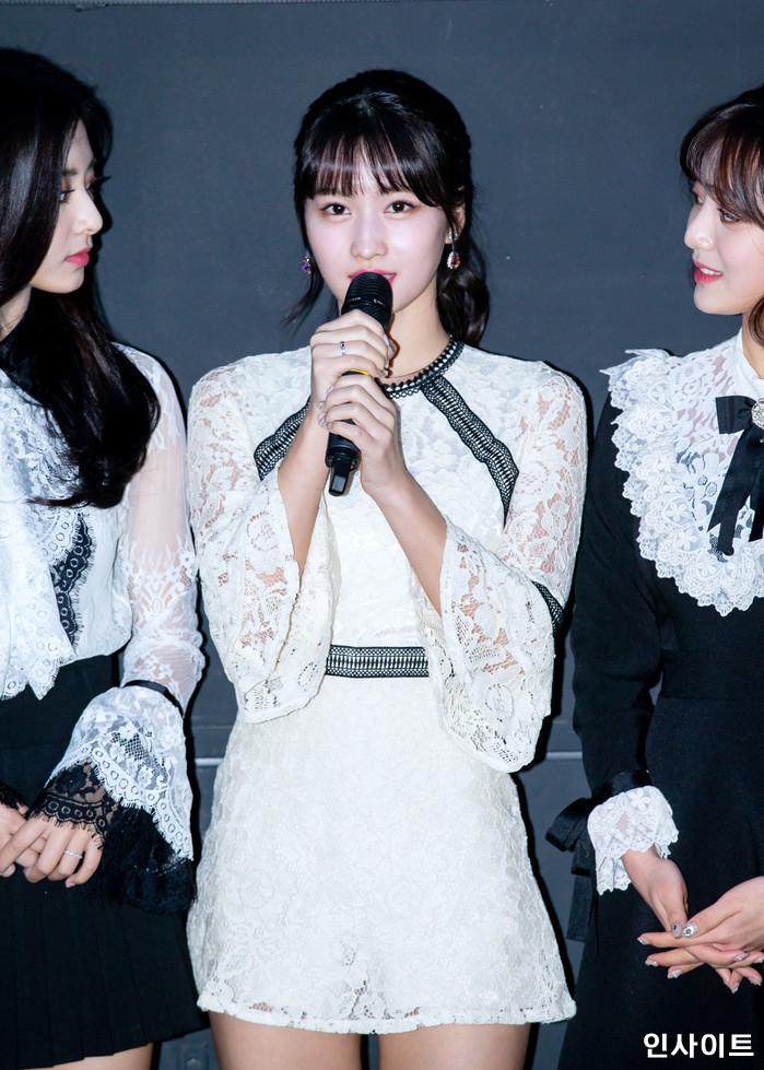 트와이스 모모가 6일 오후 서울 용산CGV 아이파크몰에서 열린 영화 '트와이스랜드' 언론시사회에 참석해 무대인사를 하고 있다. / 사진=고대현 기자 daehyun@