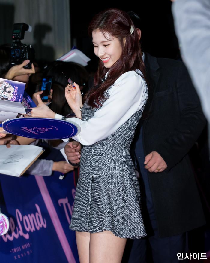 트와이스 사나가 6일 오후 서울 용산CGV 아이파크몰에서 열린 영화 '트와이스랜드' 언론시사회에 참석해 레드카펫을 밟고 있다. / 사진=고대현 기자 daehyun@
