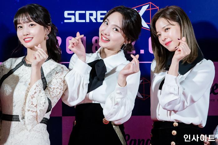 트와이스 모모 나연 정연이 6일 오후 서울 용산CGV 아이파크몰에서 열린 영화 '트와이스랜드' 언론시사회에 참석해 레드카펫을 밟고 있다. / 사진=고대현 기자 daehyun@