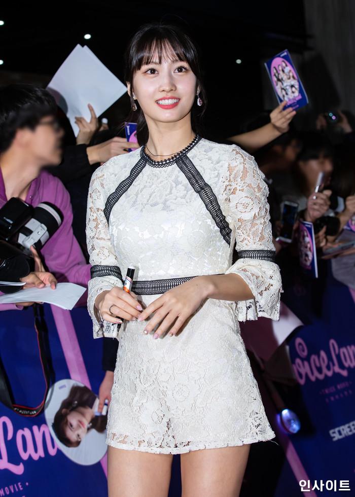 트와이스 모모가 6일 오후 서울 용산CGV 아이파크몰에서 열린 영화 '트와이스랜드' 언론시사회에 참석해 레드카펫을 밟고 있다. / 사진=고대현 기자 daehyun@