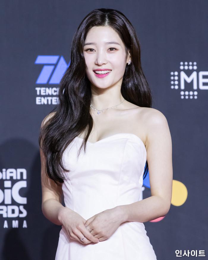 다이아 정채연이 10일 오후 서울 중구 동대문디자인플라자(DDP)에서 열린 2018 MAMA - 엠넷 마마 프리미어 인 코리아 (2018 Mnet Asian Music Awards PREMIERE in KOREA)에 참석해 레드 카펫을 밟고 있다. / 사진=고대현 기자 daehyun@