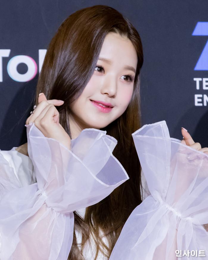 아이즈원 장원영이 10일 오후 서울 중구 동대문디자인플라자(DDP)에서 열린 2018 MAMA - 엠넷 마마 프리미어 인 코리아 (2018 Mnet Asian Music Awards PREMIERE in KOREA)에 참석해 레드 카펫을 밟고 있다. / 사진=고대현 기자 daehyun@