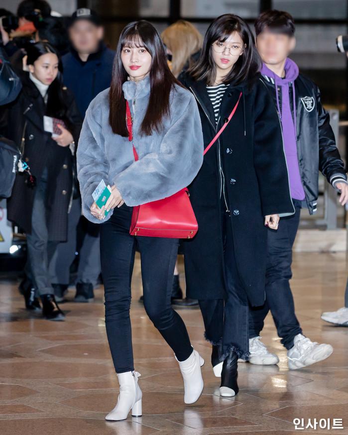 트와이스 모모 정연이 11일 오전 '2018 MAMA(마마) FANS' CHOICE in JAPAN' 참석 차 김포국제공항을 통해 일본으로 출국 하고 있다. / 사진=고대현 기자 daehyun@