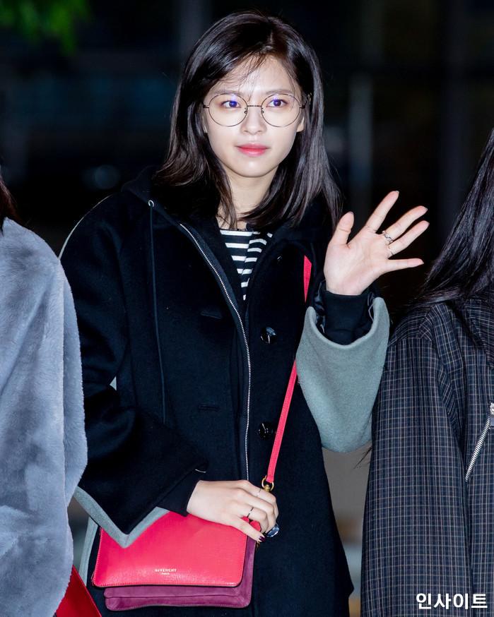 트와이스 정연이 11일 오전 '2018 MAMA(마마) FANS' CHOICE in JAPAN' 참석 차 김포국제공항을 통해 일본으로 출국 하고 있다. / 사진=고대현 기자 daehyun@