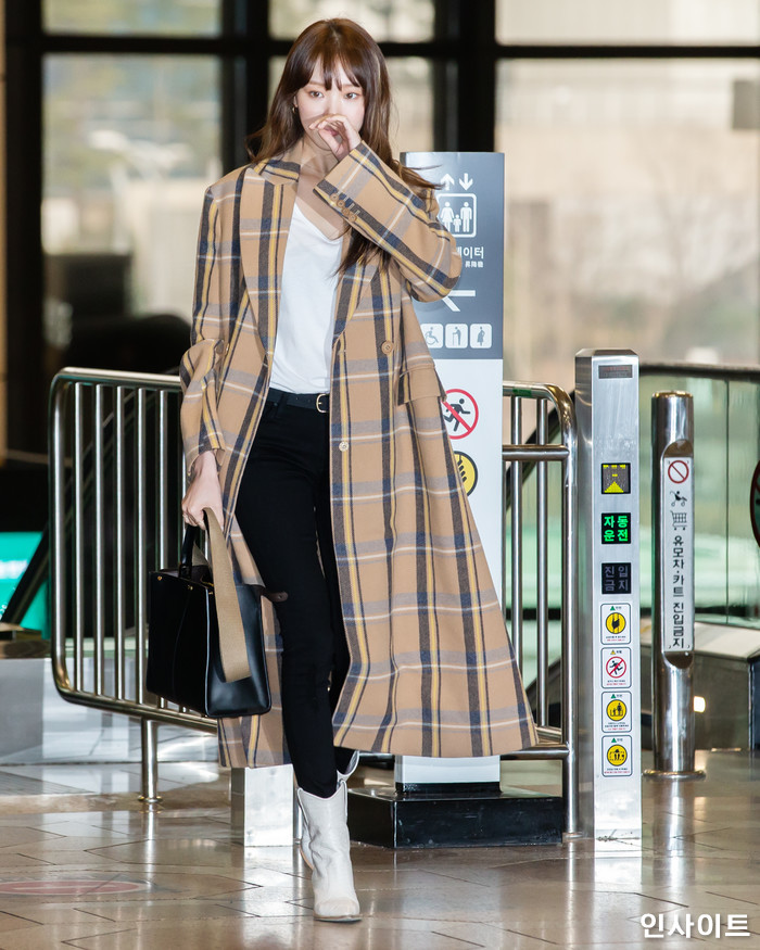 배우 이성경이 11일 오전 '2018 MAMA(마마) FANS' CHOICE in JAPAN' 참석 차 김포국제공항을 통해 일본으로 출국 하고 있다. / 사진=고대현 기자 daehyun@