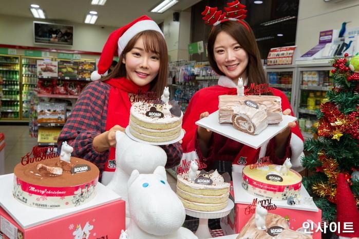 모델들이 20일 서울 중구 세븐일레븐 소공점에서 크리스마스 시즌 맞이 무민 크리스마스 케이크를 선보이고 있다. / 사진=박찬하 기자 chanha@