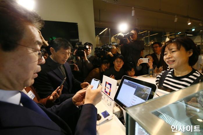 박원순 서울시장이 20일 오전 서울 중구에 위치한 한 카페에서 제로페이 결제시연을 하고 있다. / 사진=박찬하 기자 chanha@