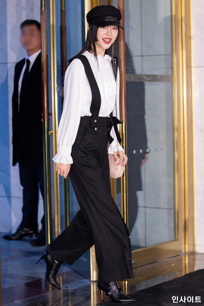 배우 설리가 21일 오후 서울 송파구 롯데 에비뉴엘 월드타워점에서 진행된 한 프랑스 패션 브랜드 행사에 참석하고 있다. / 사진=박찬하 기자 chanha@