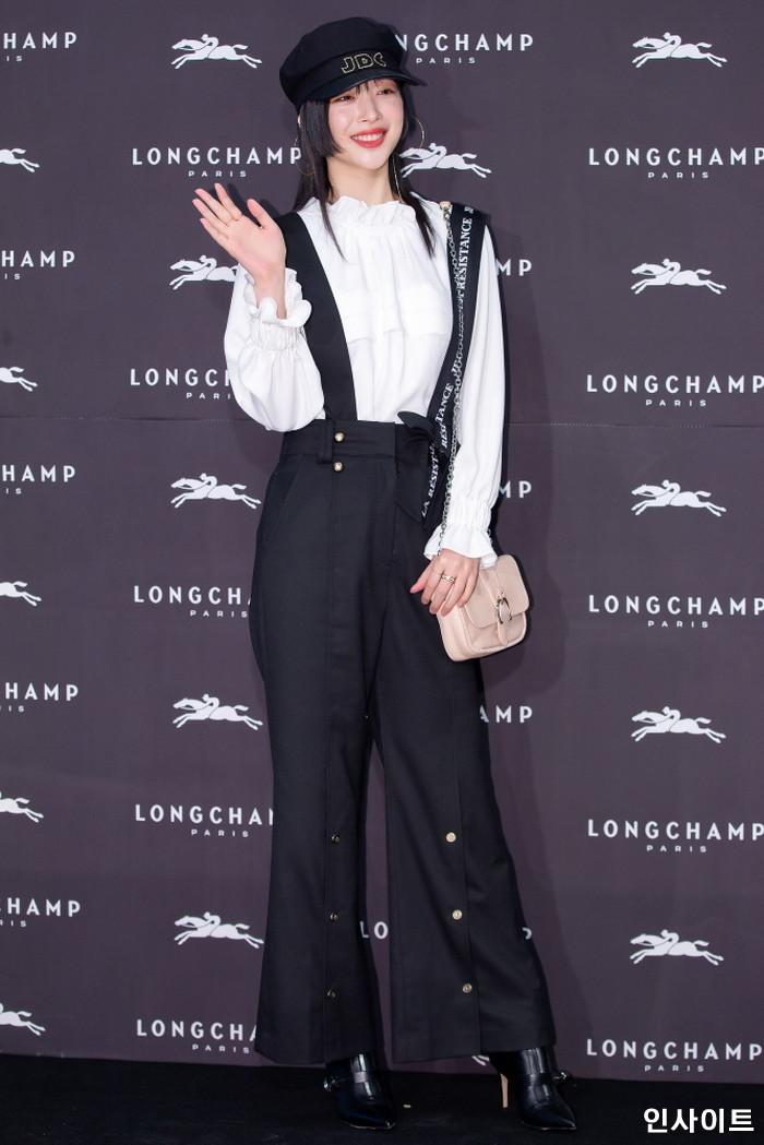 배우 설리가 21일 오후 서울 송파구 롯데 에비뉴엘 월드타워점에서 진행된 한 프랑스 패션 브랜드 행사에 참석해 포즈를 취하고 있다. / 사진=박찬하 기자 chanha@