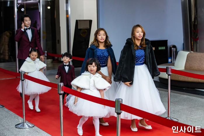 이동국 가족이 22일 오후 서울 영등포구 여의도동 KBS 본관 시청자광장에서 열린 '2018 KBS 연예대상' 시상식에 참석해 레드카펫을 밟고 있다. / 사진=고대현 기자 daehyun@