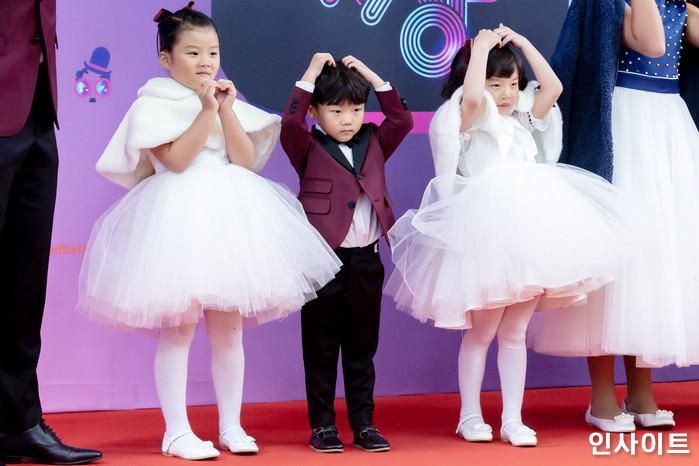 이동국과 아들 이시안 대박이가 22일 오후 서울 영등포구 여의도동 KBS 본관 시청자광장에서 열린 '2018 KBS 연예대상' 시상식에 참석해 레드카펫을 밟고 있다. / 사진=고대현 기자 daehyun@