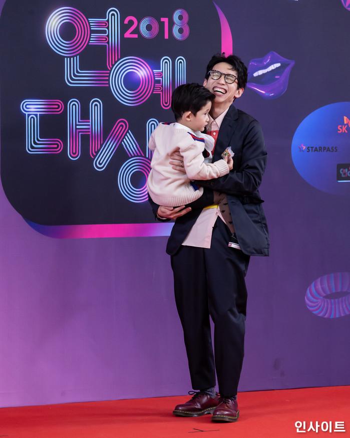 봉태규과 아들 시하가 22일 오후 서울 영등포구 여의도동 KBS 본관 시청자광장에서 열린 '2018 KBS 연예대상' 시상식에 참석해 레드카펫을 밟고 있다. / 사진=고대현 기자 daehyun@