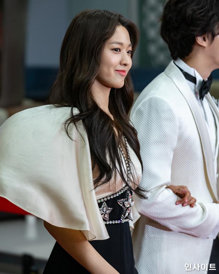 설현이 22일 오후 서울 영등포구 여의도동 KBS 본관 시청자광장에서 열린 '2018 KBS 연예대상' 시상식에 참석해 레드카펫을 밟고 있다. / 사진=고대현 기자 daehyun@