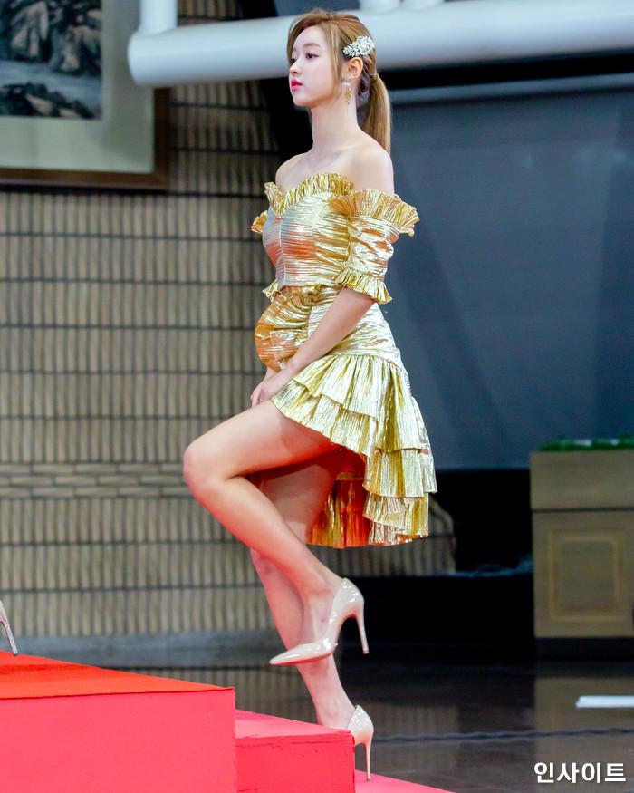 오마이걸 유아가 28일 오후 서울 여의도 KBS홀에서 열린 '2018 KBS 가요대축제' 시상식에 참석해 레드카펫을 밟고 있다. / 사진=고대현 기자 daehyun@