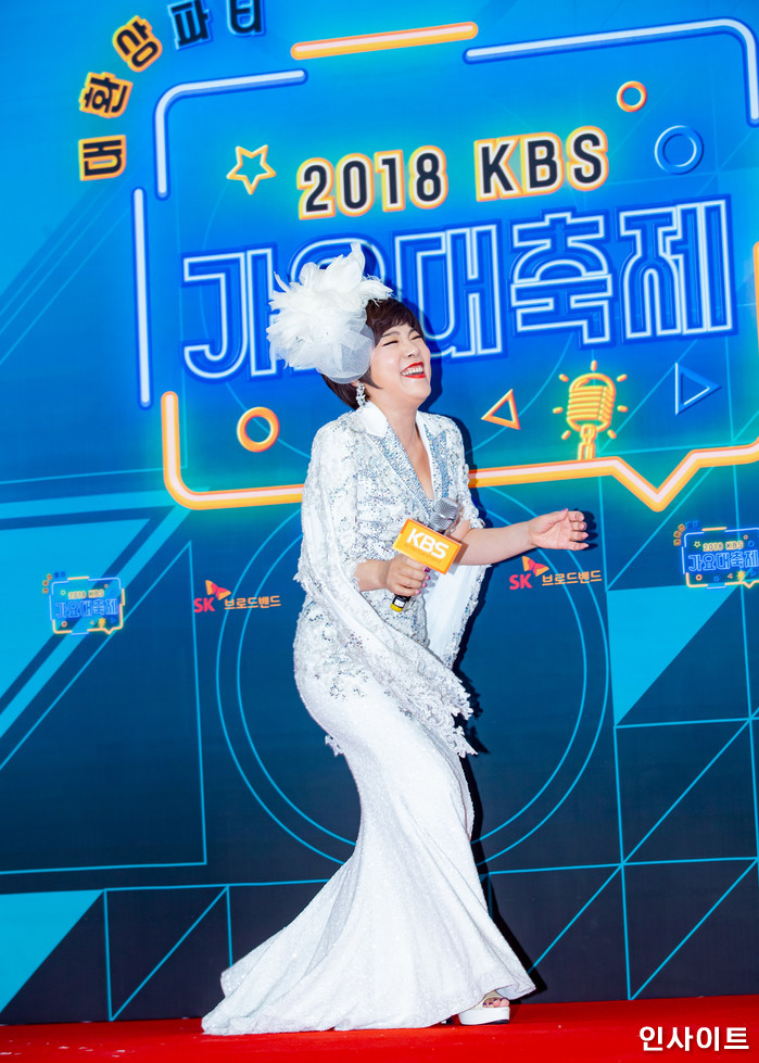 김연자가 28일 오후 서울 여의도 KBS홀에서 열린 '2018 KBS 가요대축제' 시상식에 참석해 레드카펫을 밟고 있다. / 사진=고대현 기자 daehyun@