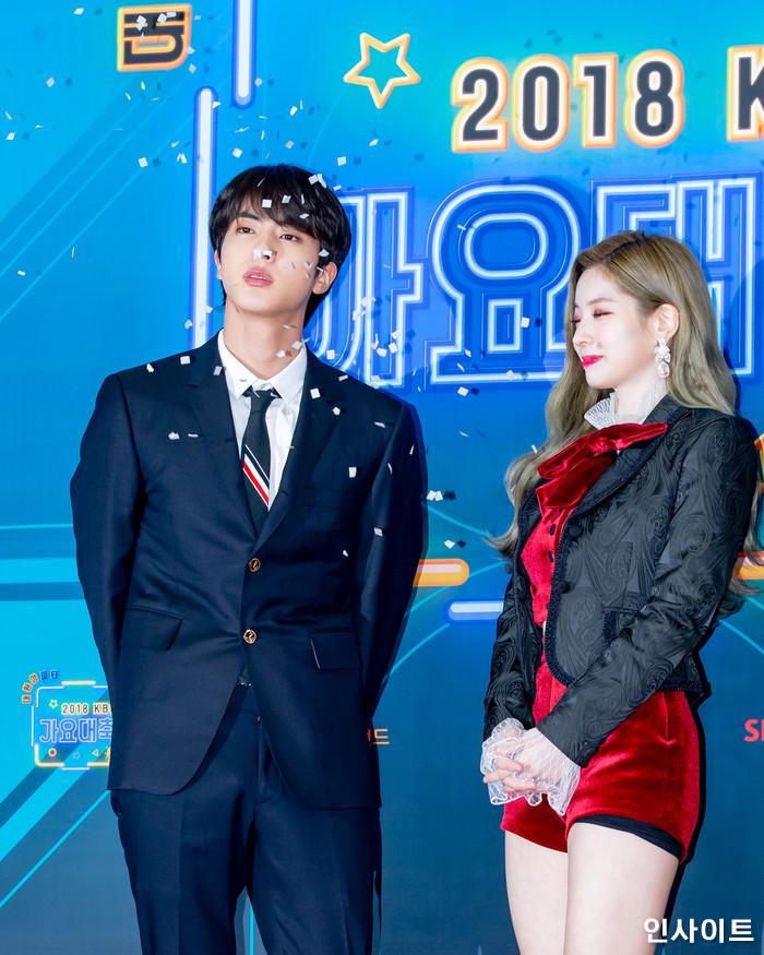 진 다현이 28일 오후 서울 여의도 KBS홀에서 열린 '2018 KBS 가요대축제' 시상식에 참석해 레드카펫을 밟고 있다. / 사진=고대현 기자 daehyun@