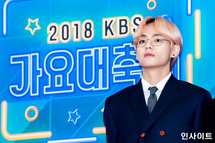 방탄소년단 BTS 뷔가 28일 오후 서울 여의도 KBS홀에서 열린 '2018 KBS 가요대축제' 시상식에 참석해 레드카펫을 밟고 있다. / 사진=고대현 기자 daehyun@