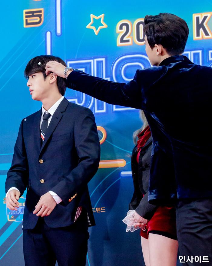 진 다현 찬열이 28일 오후 서울 여의도 KBS홀에서 열린 '2018 KBS 가요대축제' 시상식에 참석해 레드카펫을 밟고 있다. / 사진=고대현 기자 daehyun@