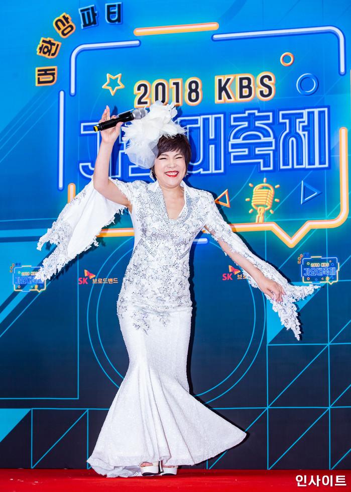 가 28일 오후 서울 여의도 KBS홀에서 열린 '2018 KBS 가요대축제' 시상식에 참석해 레드카펫을 밟고 있다. / 사진=고대현 기자 daehyun@