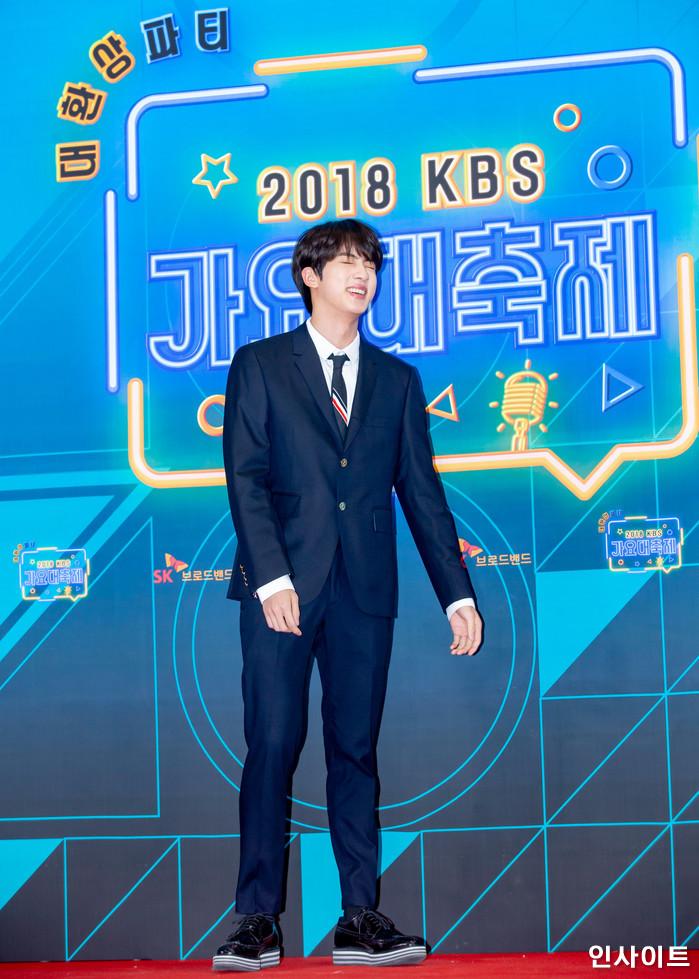 진이 28일 오후 서울 여의도 KBS홀에서 열린 '2018 KBS 가요대축제' 시상식에 참석해 레드카펫을 밟고 있다. / 사진=고대현 기자 daehyun@