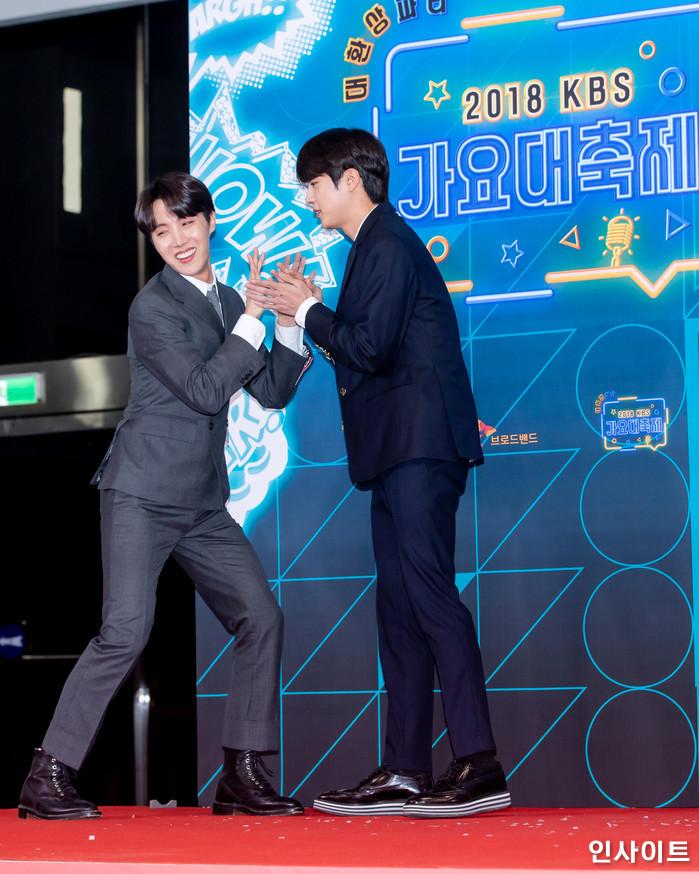 방탄소년단 BTS 제이홉 진이 28일 오후 서울 여의도 KBS홀에서 열린 '2018 KBS 가요대축제' 시상식에 참석해 레드카펫을 밟고 있다. / 사진=고대현 기자 daehyun@
