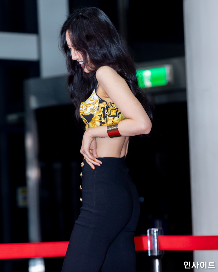 에이핑크 손나은이 28일 오후 서울 여의도 KBS홀에서 열린 '2018 KBS 가요대축제' 시상식에 참석해 레드카펫을 밟고 있다. / 사진=고대현 기자 daehyun@