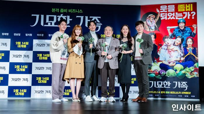 출연진들이 15일 오전 서울 메가박스 동대문점에서 열린 영화 '기묘한 가족' 제작보고회에 참석해 포즈를 취하고 있다. / 사진=고대현 기자 daehyun@