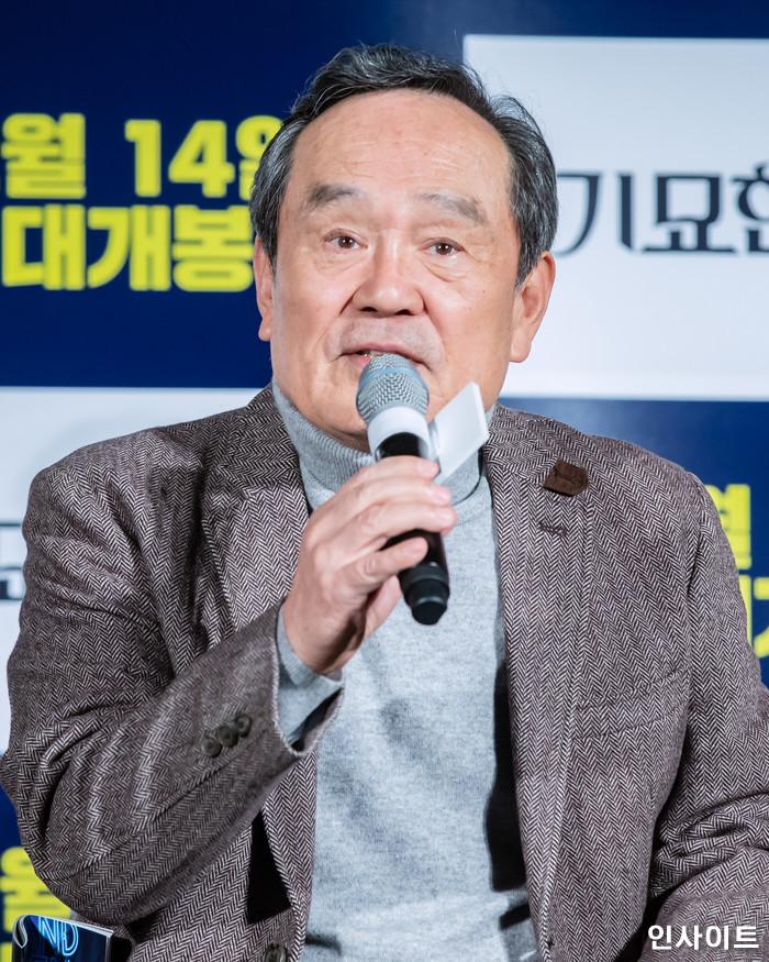 배우 박인환이 15일 오전 서울 메가박스 동대문점에서 열린 영화 '기묘한 가족' 제작보고회에 참석해 인터뷰를 하고 있다. / 사진=고대현 기자 daehyun@