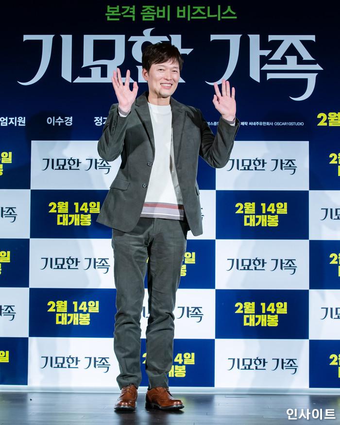 배우 정재영이 15일 오전 서울 메가박스 동대문점에서 열린 영화 '기묘한 가족' 제작보고회에 참석해 포즈를 취하고 있다. / 사진=고대현 기자 daehyun@